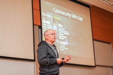 """הרצאה טכנולוגית -מנכ""""ל מיקרוסופט יורם יעקבי Event of IAP picture"""